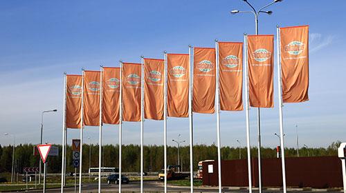 Флаги на мачтах-флагштоках перед торговым центром