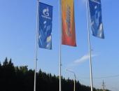 Флаги с логотипом на уличных мачтах флагштоках