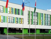 Флаги перед зданием школы.