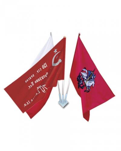 Флаг России, флаг Москвы, флаг Знамя Победы с древками на фасадном флагштоке
