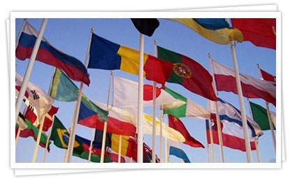 Флаги стран на уличных флагштоках
